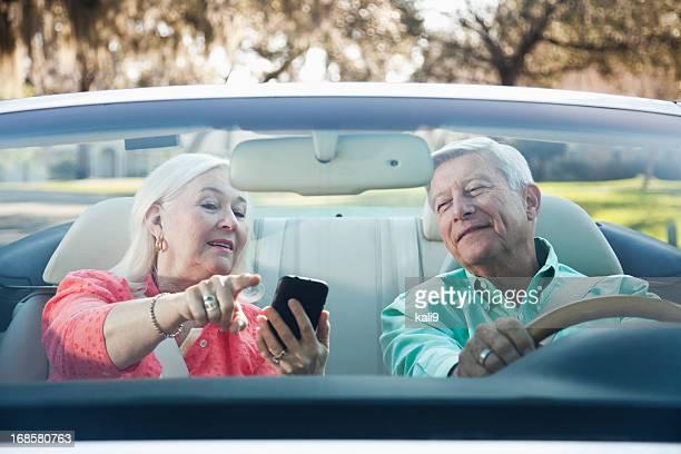 Altes Paar in Cabrio