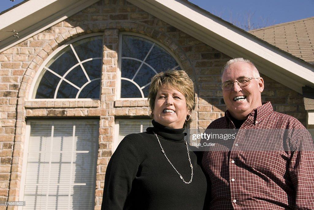 Altes Paar vor Haus : Stock-Foto