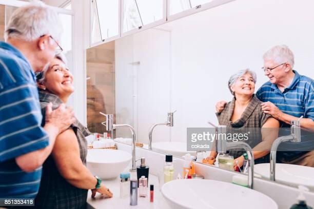 Älteres Paar im Badezimmer sahen einander