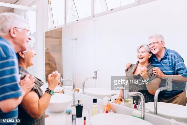 Älteres Paar im Bad in den Spiegel