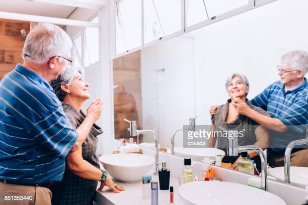 Älteres Paar in dem Bad mit Parfüm