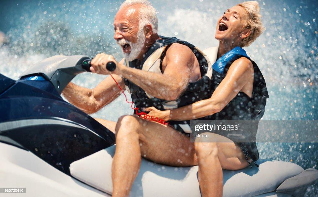 Esqui aquático do casal sênior. : Foto de stock