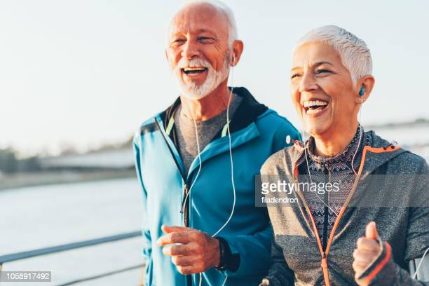 Älteres Paar gemeinsam Joggen