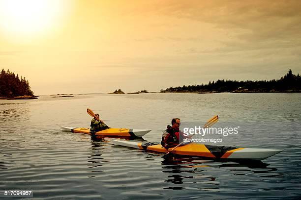 Senior Pareja de paseo en kayak