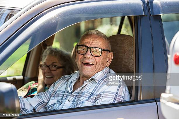 Altes Paar Lachen im Auto
