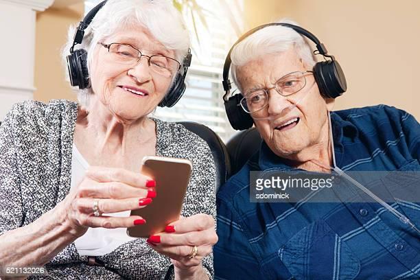 年配のカップル音楽を聞く
