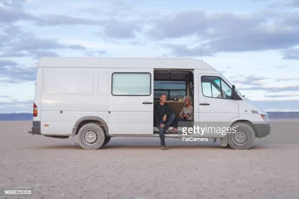 senior echtpaar op de weg! - bestelwagen stockfoto's en -beelden