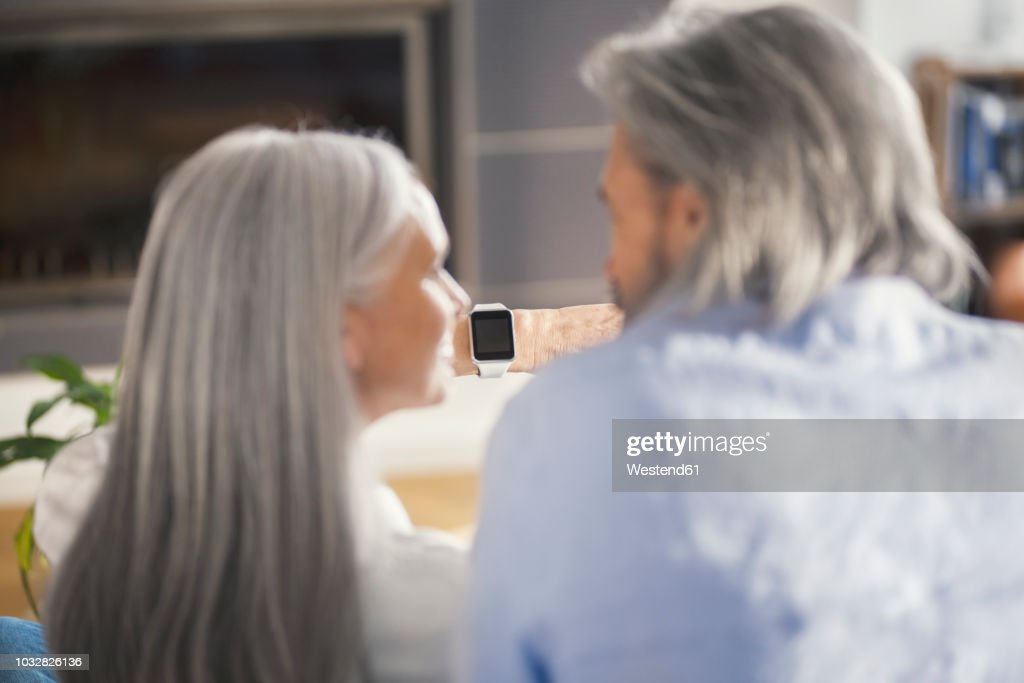 Senior couple looking at smartwatch : Stock-Foto
