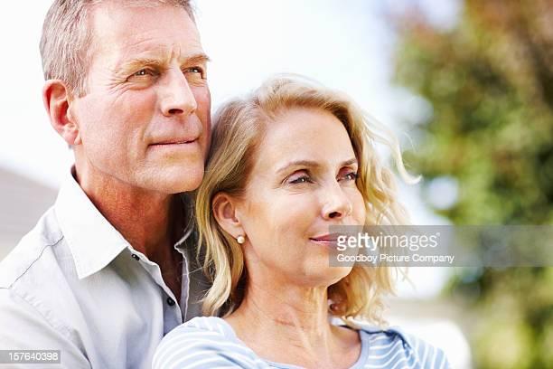 coppia senior guardando qualcosa - cinquantenne foto e immagini stock