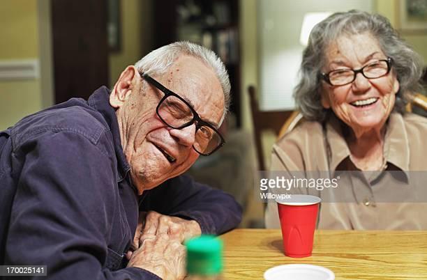 Couple Senior homme Faire un clin d'oeil