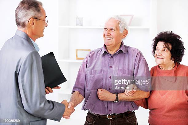 年配のカップル会議ファイナンシャルアドバイザーの