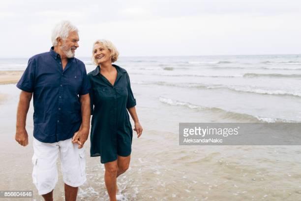 Älteres Paar auf einem Spaziergang am Meer