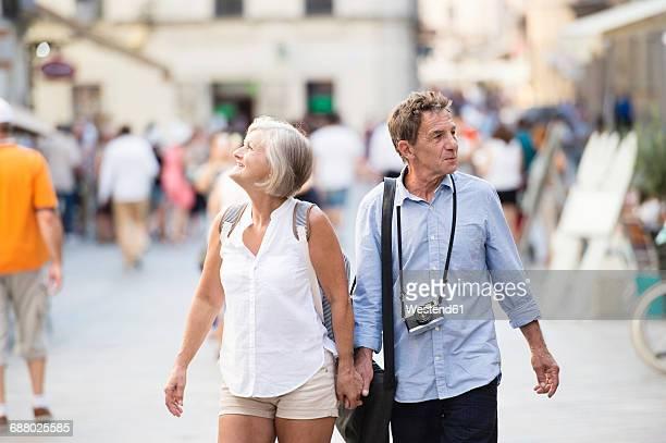 senior couple on city trip - tourist stock-fotos und bilder