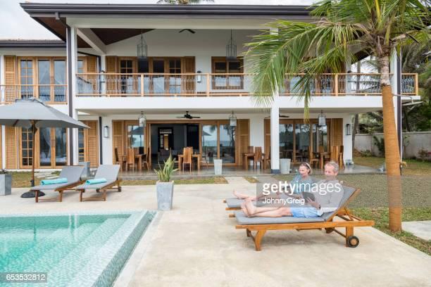 Älteres Paar auf Liegestühlen im Luxus-Ferienwohnung