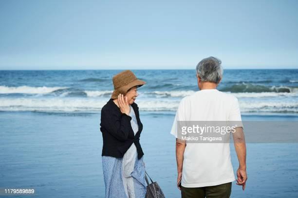 senior couple on sunny day - makiko tanigawa ストックフォトと画像