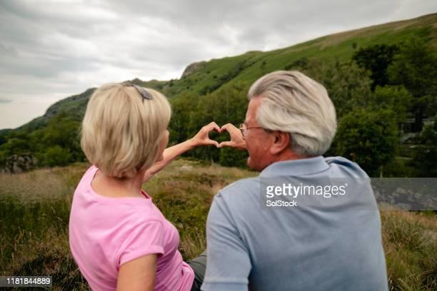 pares sênior para fora caminhadas - i love you frase em inglês - fotografias e filmes do acervo