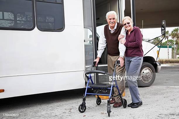 年配のカップルのシャトルバス