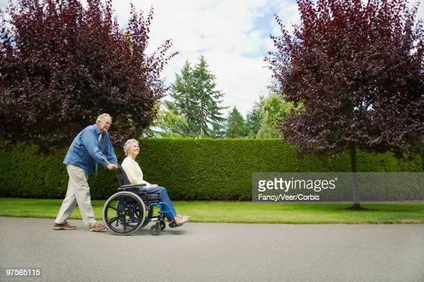 senior couple - empurrar atividade física imagens e fotografias de stock