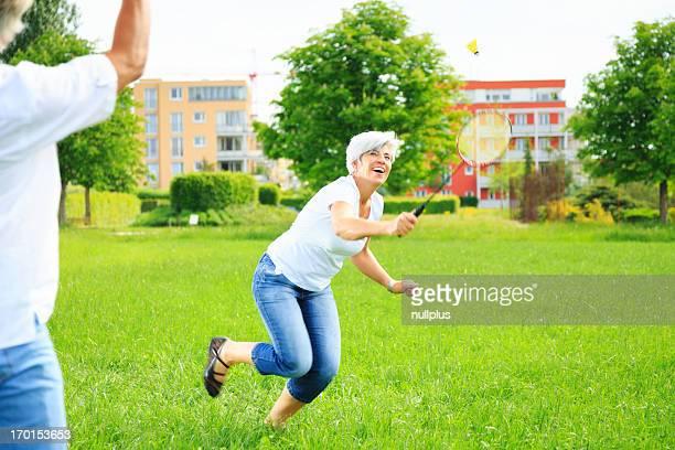 Altes Paar spielen badminton