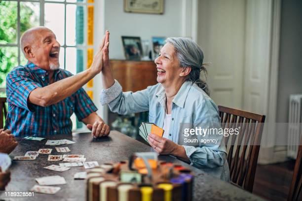 cartões de jogo dos pares sênior - carta de baralho jogo de lazer - fotografias e filmes do acervo