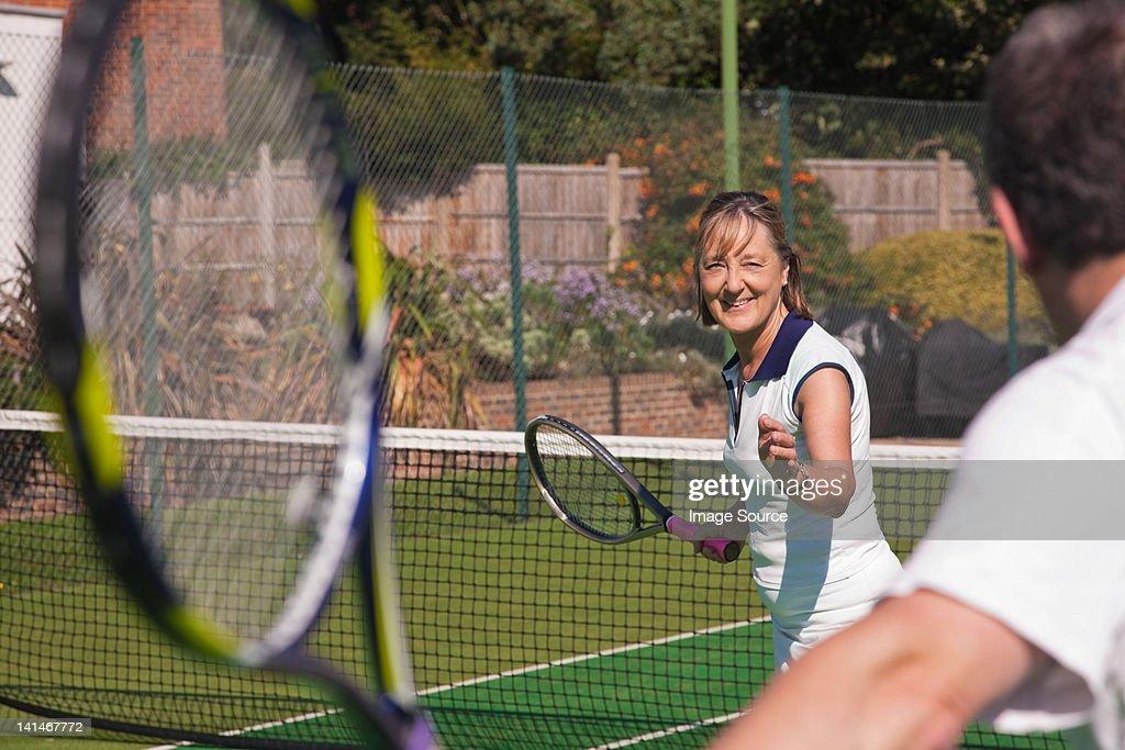 Senior couple playing tennis : Stockfoto