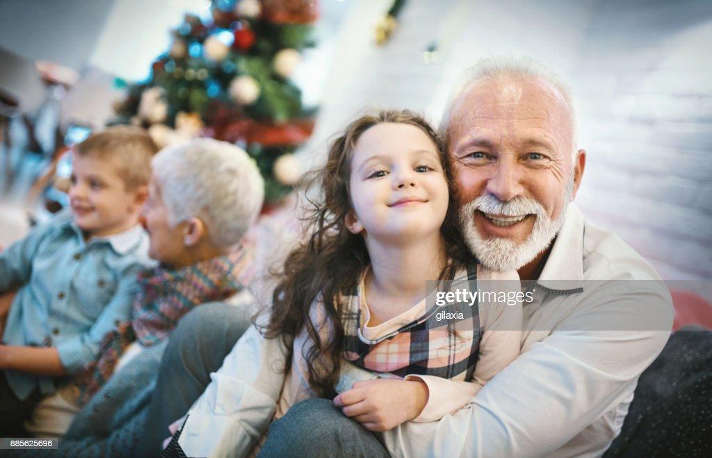 Älteres Paar mit Enkel spielen. : Stock-Foto