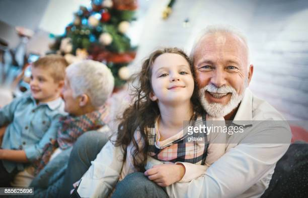 Älteres Paar mit Enkel spielen.