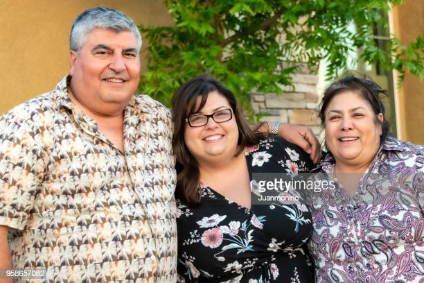 年配のカップルとその娘のポーズ - 中流階級 ストックフォトと画像