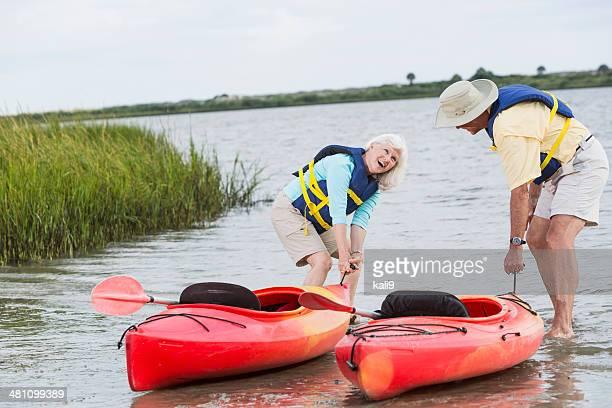 Altes Paar putting Kajaks in Wasser