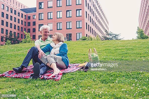 couple Senior détente dans le parc de la ville