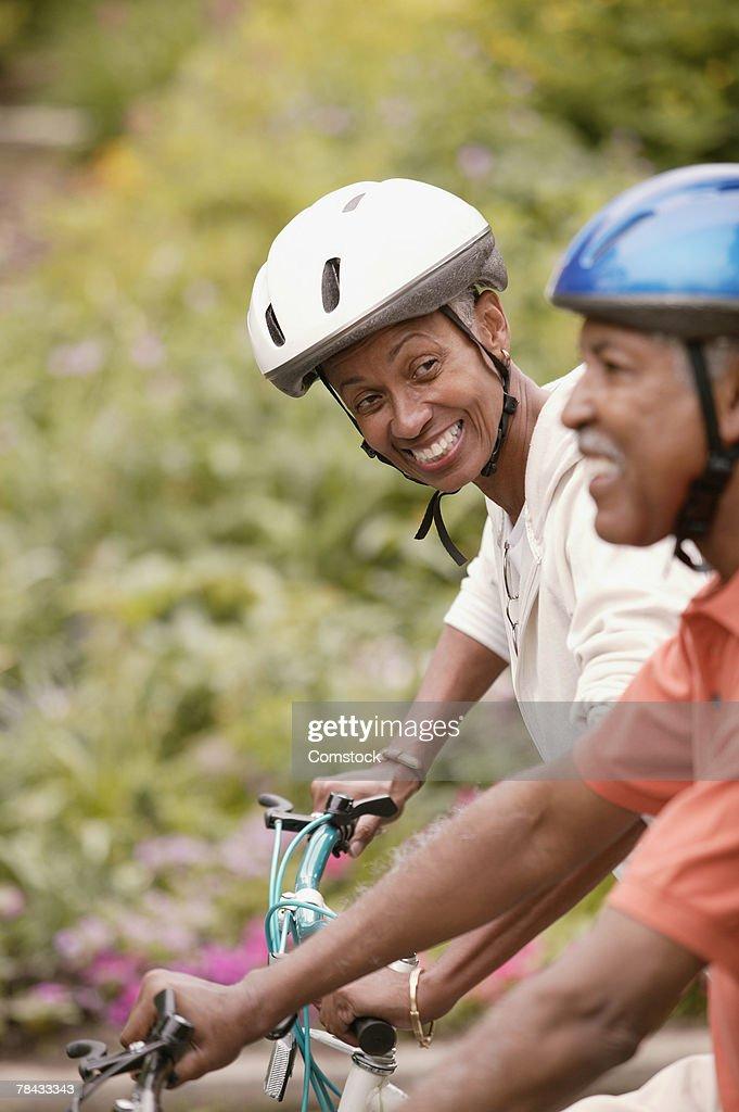 Senior couple riding bicycles : Stockfoto
