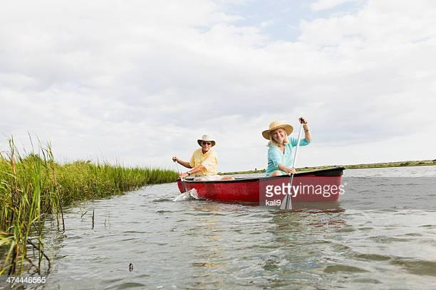 Altes Paar Rudern Kanu am ruhigen See