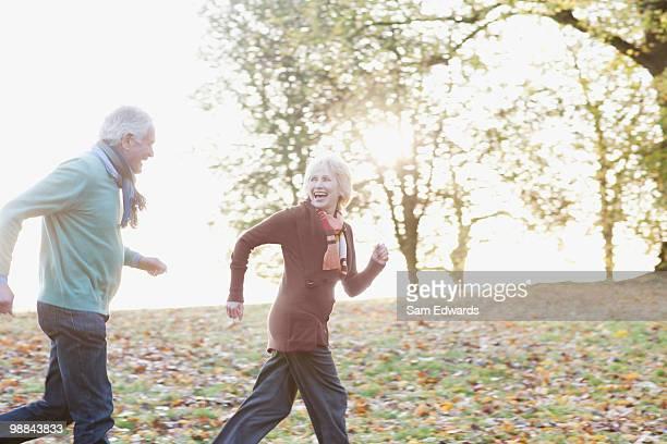 couple de personnes âgées jogging dans le parc