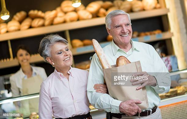 Senior couple shopping dans une boulangerie