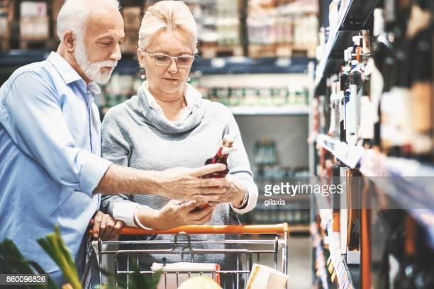 Älteres paar Einkauf im Supermarkt.