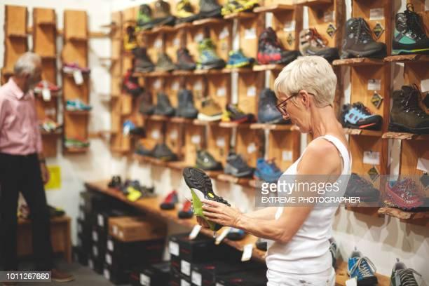senior paar winkelen - wandelschoen stockfoto's en -beelden