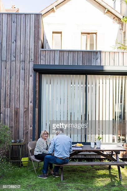 couple de personnes âgées détente dans le jardin