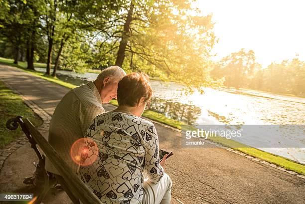 couple Senior détente dans le parc, vue arrière