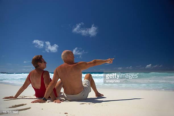 Casal Idoso sentado na praia