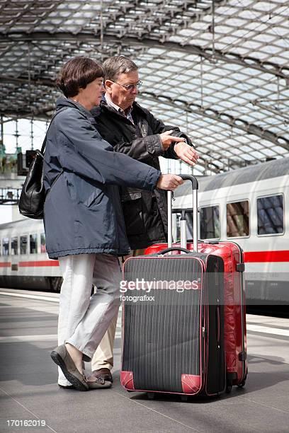 Coppia senior in piedi sul Binario di stazione ferroviaria