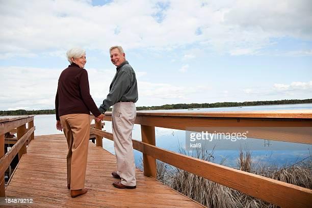 Senior couple debout au bord de l'eau