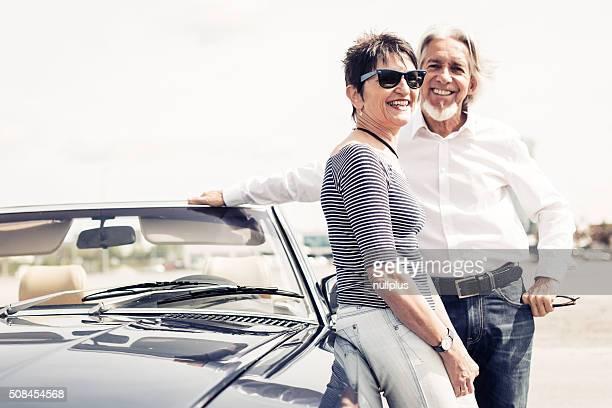 Altes Paar stehen neben Cabrio Oldtimer