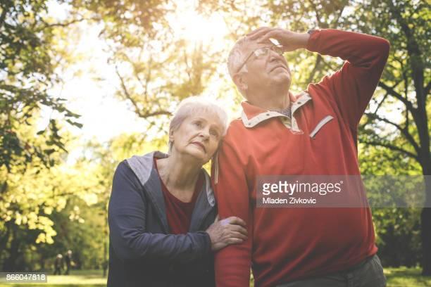 Älteres paar stehen müde nach dem Training im Park.