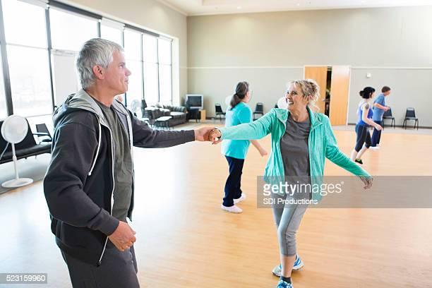 couple de personnes âgées de prendre des cours de danse swing