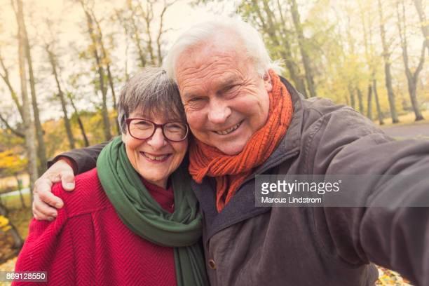senior paar nemen een selfie - 65 69 jaar stockfoto's en -beelden
