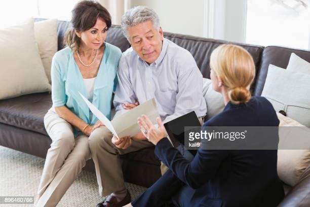 Senior paar praten met financieel adviseur