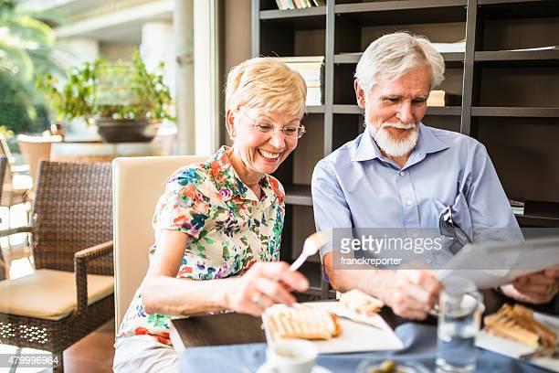 年配のカップル thave 、朝食のカフェ