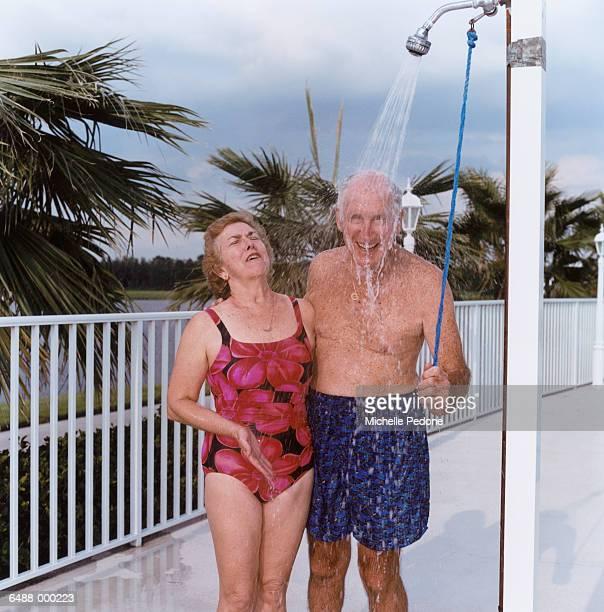 senior couple under shower - casal chuveiro imagens e fotografias de stock