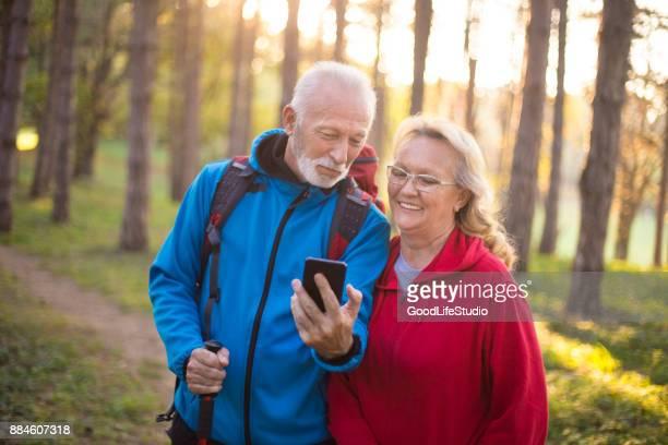 Senior paar met behulp van een mobiele telefoon