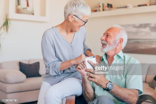 coppia senior che usa il telefono - fondo pensionistico personale foto e immagini stock